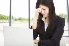 Müde junge Geschäftsfrau im Büro stockbild