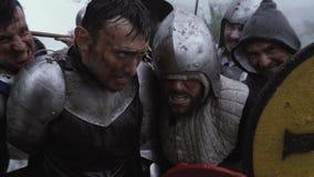 Müde Krieger in der Plattenrüstung stehen zusammen nach dem Kampf stock video