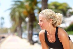 Müde laufende Frau, die eine Pause während des Laufs macht Lizenzfreie Stockbilder