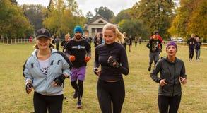 Müde laufende Frauen und Männer Stockfotos