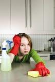 Müde Mädchenreinigungsküche lizenzfreies stockbild