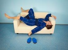 Müde manuelle Arbeitskraft steht zu Hause still Stockfoto