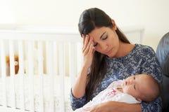 Müde Mutter, die unter Beitrag Natal Depression leidet Stockfoto