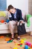 Müde Mutter vor Arbeit Stockfotos