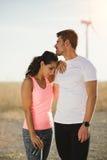 Müde Paare von den Läufern, die ein Training nehmen, stehen still lizenzfreie stockfotos