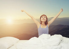 Müde schläfrige Frau, die mit einer Ausdehnung während Si aufwacht und gähnt Lizenzfreies Stockfoto