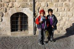 Müde Schulkinder, die von der Schule zurückkommen Stockbild