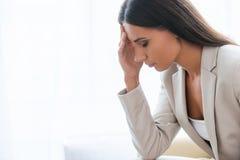Müde und deprimierte Geschäftsfrau Stockfoto