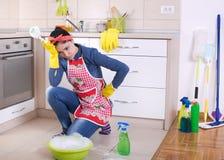 Müde und deprimierte Putzfrau in der Küche Stockbilder