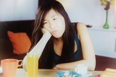 Müde zu Hause Nahaufnahme der unglücklichen traurigen Chinesin stockfoto