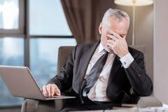 Müder älterer Mann enttäuscht über das Ergebnis Stockfotos