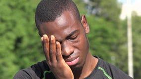 Müder afrikanischer männlicher Athlet stock video
