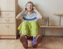 Müder Athletensportler, der Rest und in den Kopfhörern nach harter Praxis f sich entspannen hat stockbilder