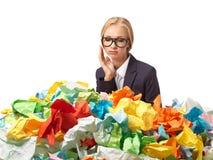 Müder attraktiver blonder Sekretär mit vielen Papieren Lizenzfreie Stockfotografie