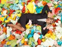 Müder attraktiver blonder Sekretär mit vielen Papieren Stockfotos