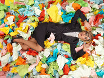 Müder attraktiver blonder Sekretär mit vielen Papieren Stockbilder