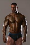 Müder Bodybuilder nach der Aufstellung von Bodybuilding Stockfoto