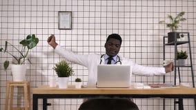 Müder Doktor an seinem Arbeitsplatz Überarbeitet und schläfrig stock video footage