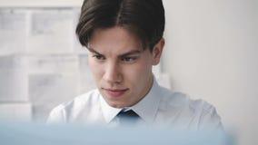 Müder durchdachter Mann, der deligently mit PC im Büro arbeitet 4K stock video
