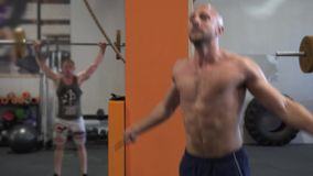 Müder Eignungsmann, der doppeltes Training des springenden Seils in der Turnhalle tut stock video footage