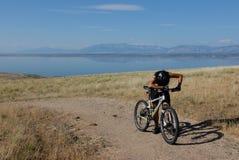Müder Gebirgsradfahrer Lizenzfreies Stockbild