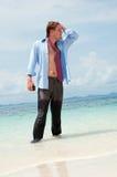 Müder Geschäftsmann auf dem Strand Stockfoto