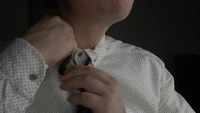 Müder Geschäftsmann, der seine Halsbindung löst stock video footage