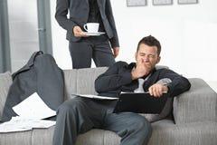 Müder Geschäftsmann im Büro Stockbild