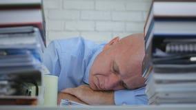 Müder Geschäftsmann Sleeping With Head auf dem Tisch im Büro-Raum lizenzfreies stockbild