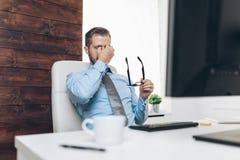 Müder Geschäftsmann von der schweren Arbeitsbelastung lizenzfreie stockbilder