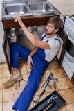 Müder Heimwerker bei der Arbeit Stockfotografie