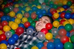 Müder jugendlich Mädchenrest im Spielzimmerabschluß oben Lizenzfreie Stockfotografie