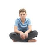 Müder Junge, der in einem Lotussitz sitzt Lizenzfreie Stockfotos