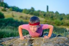 Müder Junge, der Körper zwingt beim Handeln anzuheben, hochdrücken Sie Lizenzfreie Stockfotografie