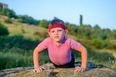 Müder Junge, der Körper zwingt beim Handeln anzuheben, hochdrücken Sie Stockfoto