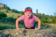 Müder Junge, der Körper zwingt beim Handeln anzuheben, hochdrücken Sie Lizenzfreies Stockfoto