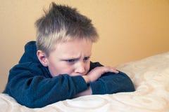 Müder Junge des traurigen Umkippens stockfoto