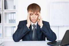 Müder junger Geschäftsmann mit Problemen und Druck Stockfotos