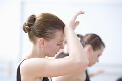 Müder junger weiblicher Ballett-Tänzer Stockfotos