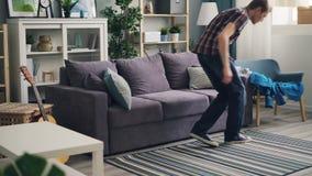 Müder Kerl ist kommende werfende Hauptjacke auf Lehnsessel und dem Lügen auf der Couch, die Rest und Frieden sich entspannt und g stock footage