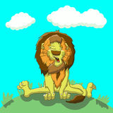 Müder Löwe, der auf dem Rasen sitzt Stockbild