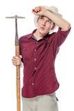 Müder Landwirt mit einer Hacke im Hut auf einem Weiß Stockfoto