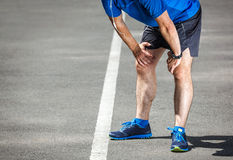Müder männlicher Läufer, der nachher stillsteht Lizenzfreies Stockfoto