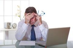 Müder Manager bei der Arbeit stockbilder