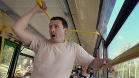 Müder Mann, der im Bus steht stock footage