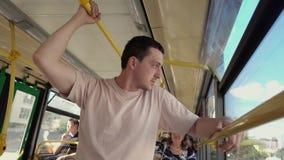 Müder Mann, der im Bus steht stock video