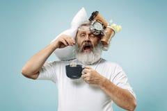 Müder Mann, der zu Hause schläft, zu viel Arbeit habend Gebohrter Geschäftsmann mit Kissen und Sanduhr stockbilder