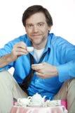 Müder Mann in die Vierziger, die eine Teeparty haben Lizenzfreie Stockfotografie