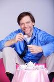 Müder Mann in die Vierziger, die eine Teeparty haben Stockfoto