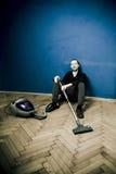 Müder Mann mit dem Vakuum, stehend still Stockbilder